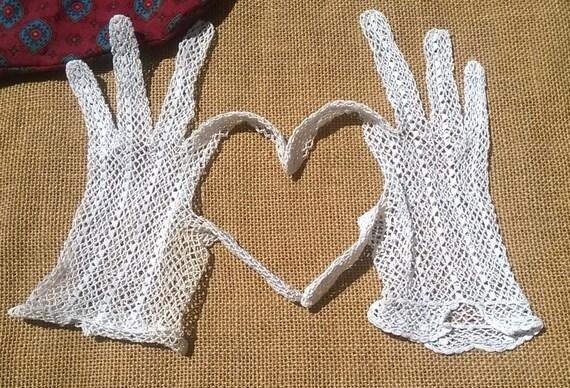 Antique French Lace Filet Gloves Hand Crochet White Cotton Size Medium 7 Bridal Accessory #sophieladydeparis