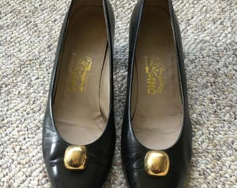 vintage Salvatore Ferragamo black leather gold ball pump shoes size 8 B