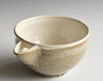 Mixing bowl / pouring bowl in porcelain  (Katakuchi)