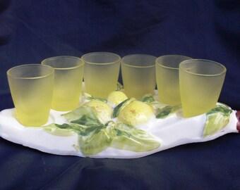 SOLD bicchieri Limoncello con vasoio in ceramica, bicchieri gialli Limoncello, bicchieri e vasoio artistico per liquori, 1960s by Italy