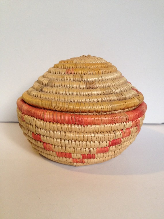 vintage hand woven small basket with lid 4. Black Bedroom Furniture Sets. Home Design Ideas