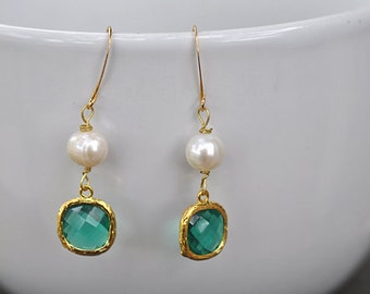 Emerald Green Glass With Genuine White Pearl Earring, Green Bridesmaid earrings.bridesmaids jewelry. Wedding jewelry. Bridal earrings.