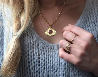 """Collier """"Louha"""" plaqué or ,  pendentif martelé triangle habillé d'une pierre de jade facetté rose, chaine rosaire de Pyrite dorée"""