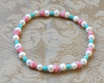 Bracelet, white freshwater pearls and pastel plastic beads