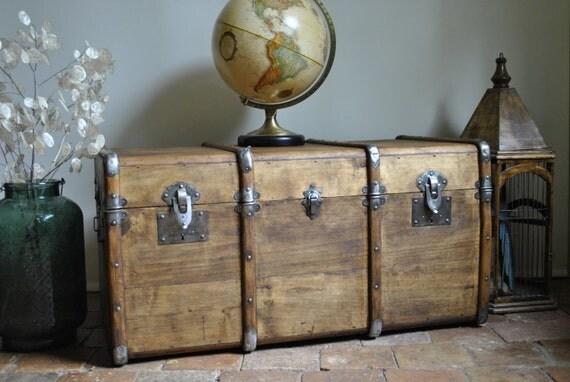 ancienne malle de voyage en bois restaur e. Black Bedroom Furniture Sets. Home Design Ideas