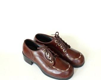 vintage boys shoes size 4.5 . womens platform oxfords size 6.5 . 1960s / 1970s brown vinyl oxford shoes with round toe