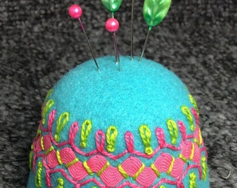 IN STOCK free US ship - Festive Jumbo Bottlecap Pincushion