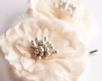 Flower Bobby Pins, Ivory flower hair clips, White floral pearl hair pins, Bridal bobby pin set, Pearl Hair Grips, Wedding hair accessories -