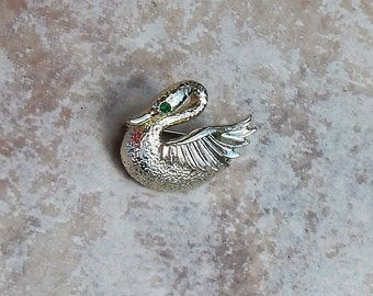 Sweet Vintage SWAN~Brooch With Green Faceted Glass Eye~Gold~Costume Jewelry