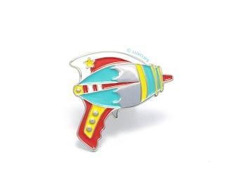 Bright Ray Gun Enamel Pin - Soft Enamel Pin Cloisonné Retro Raygun Lapel Pin Bright Gun Pin Badge Kawaii Laser Gun Pin Sci-Fi Ray Gun Brooch