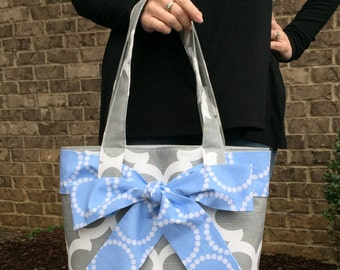 LARGE gray and white QUATREFOIL Handbag/ Diaper Bag/ Purse/ Tote with Blue pearl bracelet Bow/Sash and 4 Interior Pockets