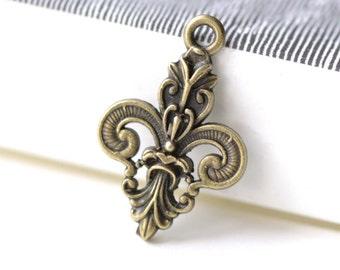 Antique Bronze Fleur de Lis Royal Charm Pendants 17x25mm Set of 20 A8230