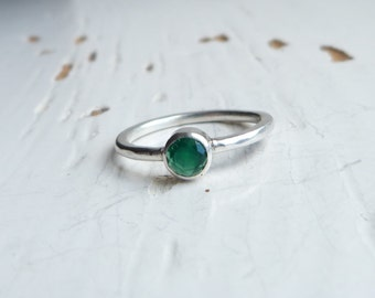 Sterling Silver Green Agate Solitaire Ring, Hammered band Ring, Emerald Green Ring, Size P.