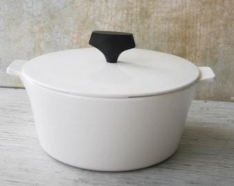 Mid Century White Pyrex Buffet Server 1 3/4 Quart with Lid, Casserole Dish, 1960s Modern Design White Pot Lid, Black Handle, Housewarming