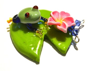 glass blown frog, gift mom, glass frog pendant, glass frog necklace, glass frog jewelry, frog gift, glass collectibles, green frog necklace