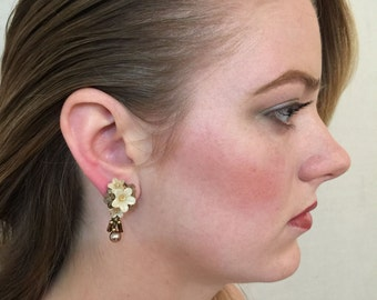 COLLEEN TOLAND Small Flower Earring with Pearl Drop in LATTE
