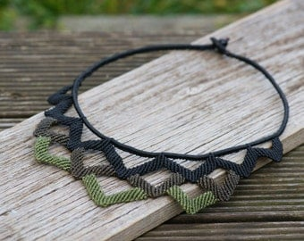 extravagant makramee Collier with crenellated pattern in black and green