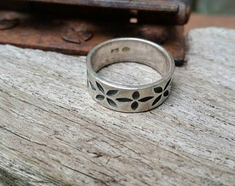 Sterling band. Pretty, flower/ daisy /  flowered / floral sterling silver ladies band ring. Size 7