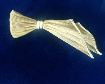 Vintage Gold-Tone Mesh Off-Set Bow Pin Brooch..Sweet and Unique