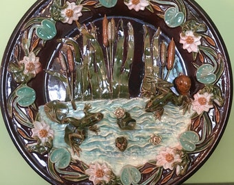 Very big flat round slip a polychrome decoration in relief 'the mare to the frogs' nineteenth century.