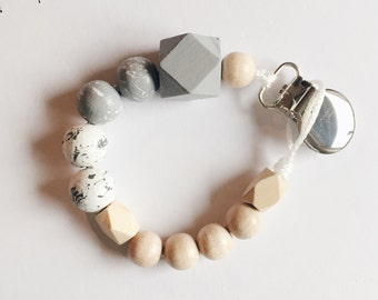 Hand-painted dummy in the marble-look with geometric wooden beads in gray-and white