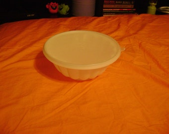 "Tupperware vintage white 8"" jello mold"