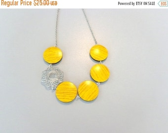 Yellow black necklace with wood effect