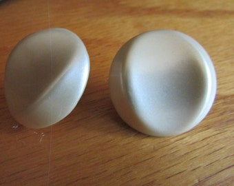 pearl pushed in button post