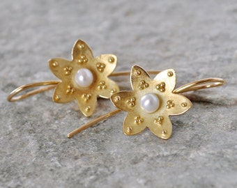 granulated flower blossom in gold, 18k yellow gold and pearl