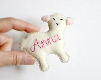 CUSTOM Cute LAMB Pin & Ornament with Personalized Name—Nursery, New Baby—Vegan Adornment + Toy Animal [Mouton personnalisé—Ornamento Oveja]