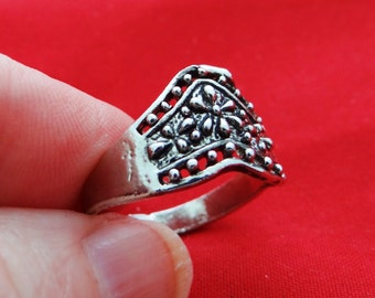 Vintage NOS new old stock silver tone size 8.25 ring in unworn condition