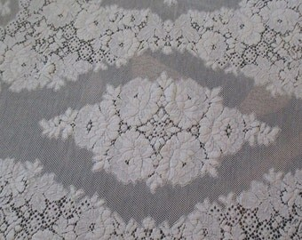 Beautiful Vintage Quaker Lace Tablecloth