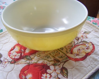 Vintage Large Yellow Pyrex Bowl, Primary Colors, 1940s-50s, Early Mark, 4 Qt, Yellow Mixing Bowl