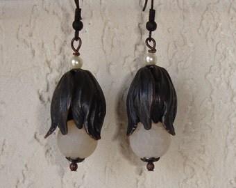 Boucles d'oreilles tulipes patinées noir et perles craquelées blanches