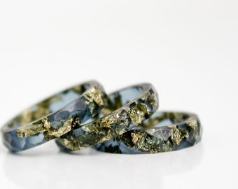starry night size 7 multifaceted eco resin ring with suspended gold flakes