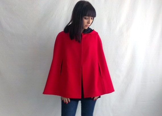 Manteau cape rouge capuche
