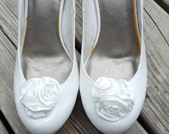 White Wedding Shoe Clips,Rose Shoe Clips,  Roses,Bridal Shoe Clips, white   Shoe Clips, Clips for Wedding Shoes, Bridal SHoes