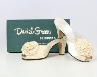 vintage 50s cream satin boudoir slippers / 1950s Daniel Green slippers / satin mules / rosette slipper pumps / size 7.5 slippers shoes