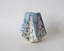 Vase géométrique en céramique bleu indigo et blanc  peint à la main, pièce unique signée, cadeau original, made in france