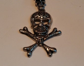 Skull and cross bones necklace silvertone
