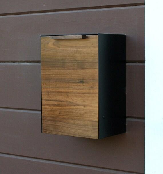 moderne mailbox postfach nussbaum an der wand montiert. Black Bedroom Furniture Sets. Home Design Ideas