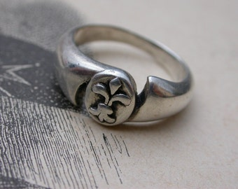 French Antique military style sterling silver Lys flower art nouveau antique sterling ring size 5  flower lys