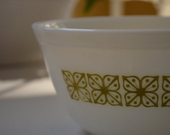 vintage Pyrex Verde nesting mixing bowl 402 1 1/2 quart, green and white