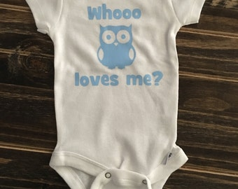 Whooo Loves Me? Onesie, creeper, bodysuit, owl themed, unisex, personalized gift, baby shower sign in