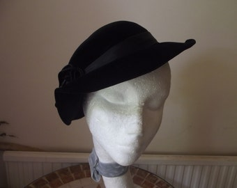 Free U.K.Post. True Vintage KENGOL vintage 1940's.WW2 black velvet hat with feathers. Miss Marples type.