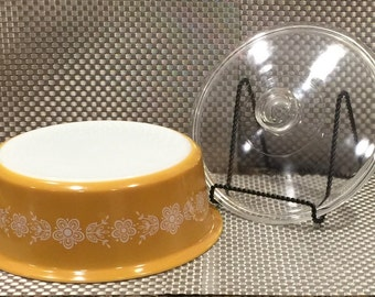 Pyrex BIG BERTHA 4 quart round casserole in the Butterfly Gold Pattern - includes lid