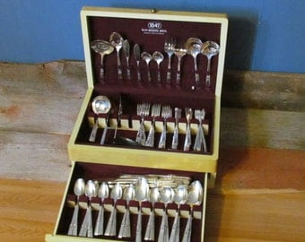 Vintage 1948, Boxed Set of 132-Pieces, 1847 Rogers Brothers Morning Star Silverplate Flatware
