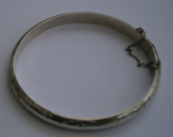 B818) A lovely vintage 925 sterling silver hinged hollow etched patterned clip on bracelet bangle with safety chain.