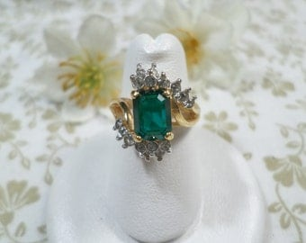 Beautiful Vintage Gold Tone Prong Set Green Rhinestone Ring With Diamemte Rhinestones, Size 6 DL# 8150