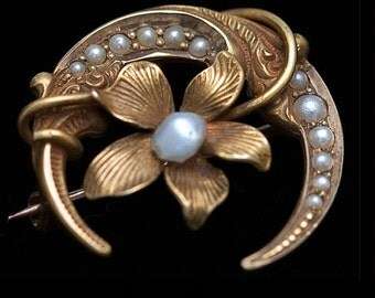 Victorian crescent & violet pin in yellow gold and seed pearls. (pnvc750)